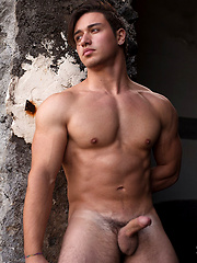 Muscled hottie Fabrizio